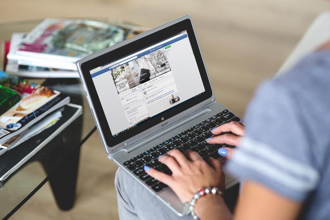 Facebook laptop ()