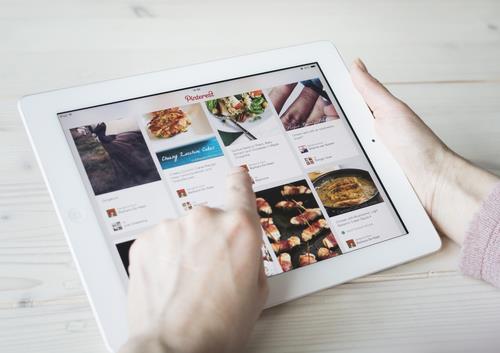 Pinterest in tablet ()