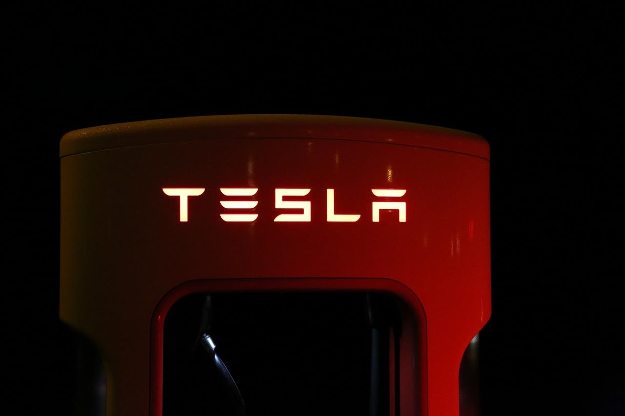 Tesla ()